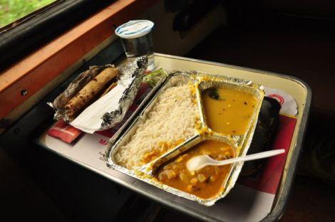 O almoço servido pela empresa ferroviária: um thali com dhaal, arroz e um caril de vegetais... não é bom mas também não é mau.