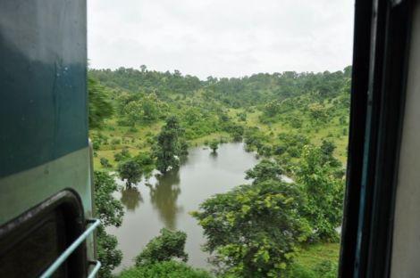paisagem dominante da viagem ao atravessar o centro do páis, nos estados de Madhya Pradesh e Andhra Predesh, onde o monção fez extravazar as margens dos rios