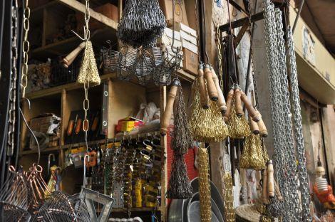 Correntes usadas na autoflagelação à venda no bazar de Shiraz