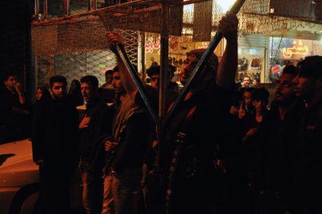 Comemorações do Ashura pela comunidade Iraquiana, em que pesadas estruturas metálicas são transportadas. Yazd